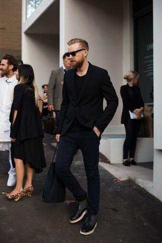 Comment porter: blazer noir, pull à col rond noir, jean noir, bottes de loisirs en cuir noires