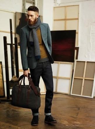 Comment porter: blazer gris, pull à col rond moutarde, jean bleu marine, bottines chukka en daim noires