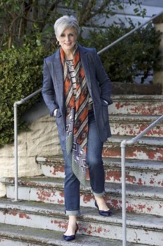 Comment porter un blazer en laine bleu marine: Porte un blazer en laine bleu marine et un jean bleu marine pour affronter sans effort les défis que la journée te réserve. Jouez la carte décontractée pour les chaussures et opte pour une paire de des ballerines en cuir bleu marine.
