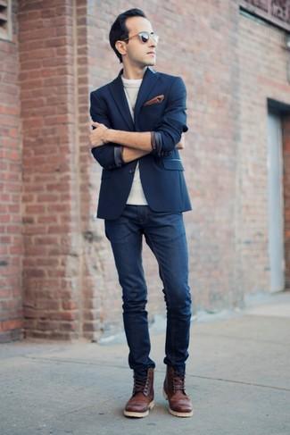 Comment porter: blazer bleu marine, pull à col rond gris, jean bleu marine, chaussures brogues en cuir marron