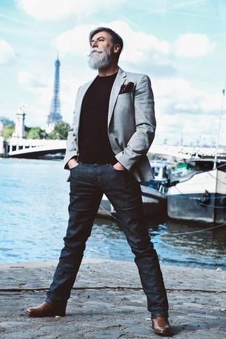 Comment porter: blazer gris, pull à col rond noir, jean bleu marine, bottines chelsea en cuir marron