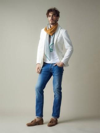 Comment porter: blazer blanc, pull à col rond blanc, jean bleu, mocassins à pampilles en daim marron