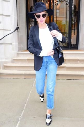 Comment porter: blazer noir, pull à col rond blanc, jean bleu, double monks en cuir noirs et blancs