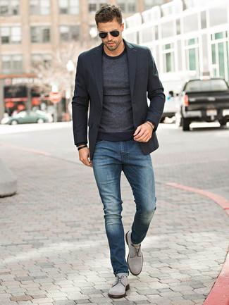 Tendances mode hommes: Pense à opter pour un blazer noir et un jean bleu marine pour créer un look chic et décontracté. Fais d'une paire de des chaussures derby en daim grises ton choix de souliers pour afficher ton expertise vestimentaire.