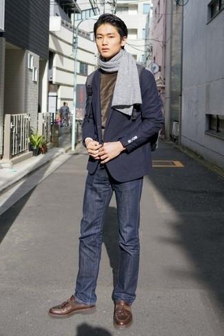 Comment porter un pull: Pour une tenue de tous les jours pleine de caractère et de personnalité harmonise un pull avec un jean bleu marine. Une paire de des mocassins à pampilles en cuir marron apportera une esthétique classique à l'ensemble.