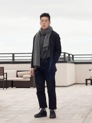 Comment porter un blazer en laine gris foncé: Associe un blazer en laine gris foncé avec un jean noir pour prendre un verre après le travail. Si tu veux éviter un look trop formel, termine ce look avec une paire de des chaussures de sport noires.