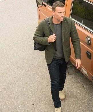 Comment porter un pull à col rond gris: Pour une tenue de tous les jours pleine de caractère et de personnalité essaie de marier un pull à col rond gris avec un jean noir. Assortis ce look avec une paire de des bottines chukka en daim beiges.
