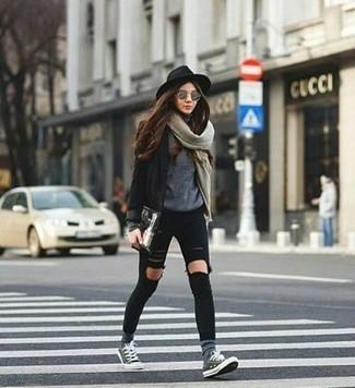 Comment porter: blazer noir, pull à col rond gris, jean skinny déchiré noir, baskets basses grises