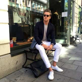 Comment porter: blazer noir, pull à col rond beige, jean skinny blanc, baskets basses en toile blanches