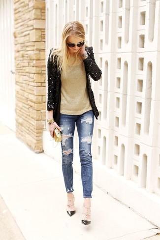 Comment porter: blazer pailleté noir, pull à col rond doré, jean skinny déchiré bleu, escarpins en cuir à clous noirs