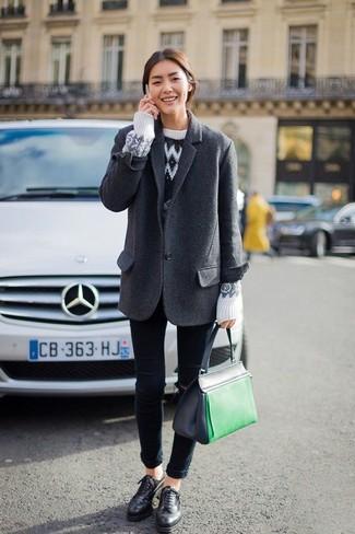 Comment porter: blazer en laine gris foncé, pull à col rond en jacquard blanc, jean skinny bleu marine, chaussures richelieu en cuir noires
