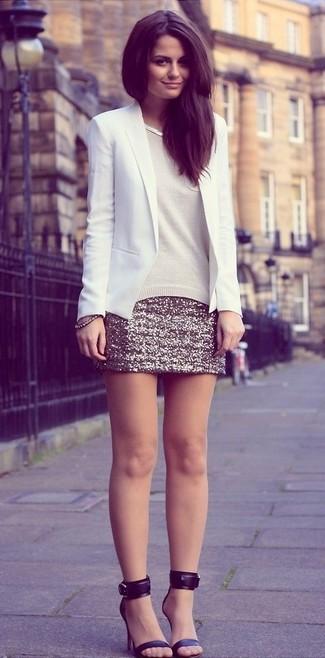 La polyvalence d'un blazer blanc et d'une minijupe pailletée dorée en fait des pièces de valeur sûre. D'une humeur créatrice? Assortis ta tenue avec une paire de des sandales à talons en cuir noires.