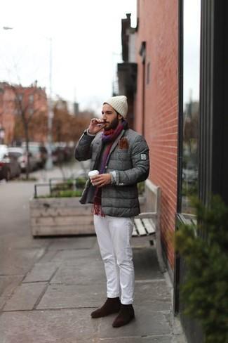 Comment porter: blazer matelassé gris, pull à col rond gris, pantalon chino blanc, bottines chelsea en daim marron foncé