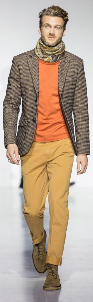 Comment porter: blazer à carreaux marron, pull à col rond orange, pantalon chino moutarde, chaussures richelieu en daim olive
