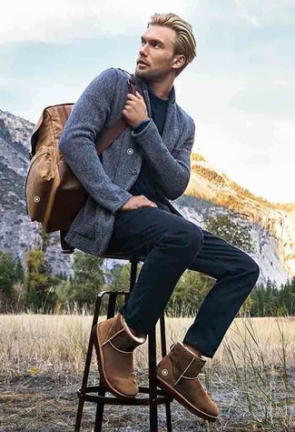 Pense à harmoniser un pull à col rond noir avec un pantalon chino noir pour un look de tous les jours facile à porter. Mélange les styles en portant une paire de des bottes ugg brunes.