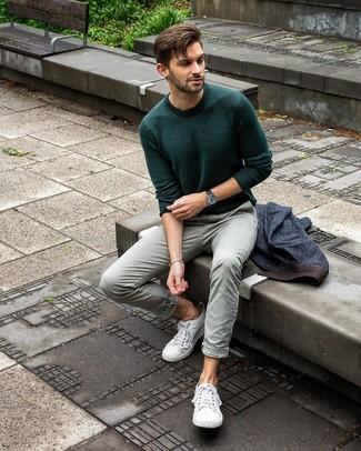 Comment porter: blazer en denim bleu marine, pull à col rond vert foncé, pantalon chino vert menthe, baskets basses en toile blanches