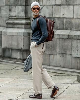 Comment porter: blazer en laine gris, pull à col rond bleu marine, pantalon chino beige, slippers en cuir marron foncé