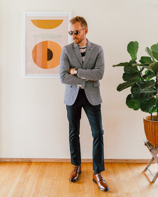 Comment porter un pantalon chino vert foncé: Associe un blazer en laine gris avec un pantalon chino vert foncé pour prendre un verre après le travail. Choisis une paire de des chaussures derby en cuir marron pour afficher ton expertise vestimentaire.