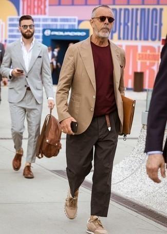 Comment porter un pull bordeaux: Pense à opter pour un pull bordeaux et un pantalon chino marron foncé pour affronter sans effort les défis que la journée te réserve. Habille ta tenue avec une paire de des baskets basses marron clair.