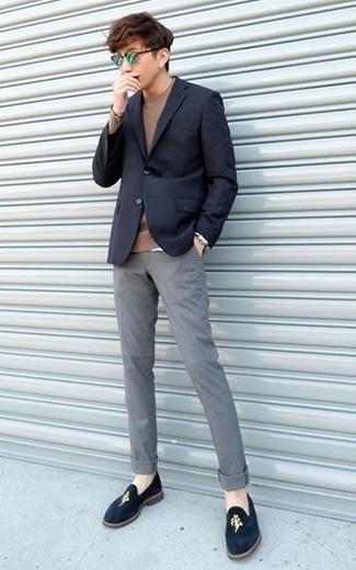 Comment porter un pull à col rond marron: Pense à porter un pull à col rond marron et un pantalon chino gris pour une tenue confortable aussi composée avec goût. Jouez la carte classique pour les chaussures et fais d'une paire de des slippers en velours bleu marine ton choix de souliers.