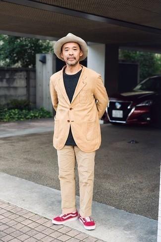 Comment porter un chapeau en laine beige: Pour une tenue aussi confortable que ton canapé, associe un blazer marron clair avec un chapeau en laine beige. Rehausse cet ensemble avec une paire de des baskets basses en daim fuchsia.
