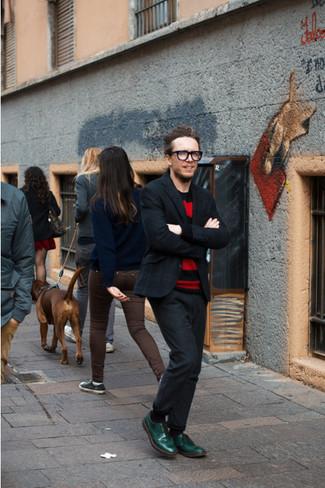 Comment porter: blazer écossais gris foncé, pull à col rond à rayures horizontales rouge, pantalon de costume gris foncé, chaussures derby en cuir vertes