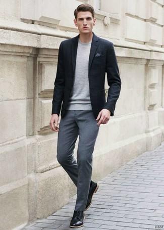 Comment porter: blazer noir, pull à col rond gris, pantalon de costume gris, chaussures derby en cuir noires