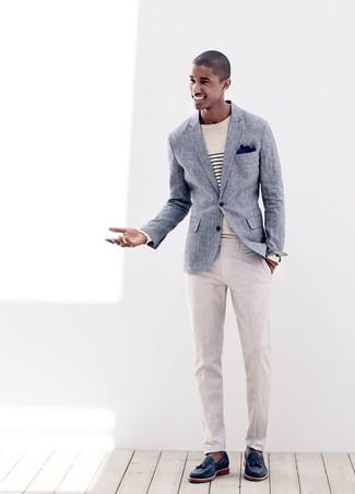 Comment porter: blazer en lin bleu, pull à col rond à rayures horizontales beige, pantalon de costume en lin beige, mocassins à pampilles en cuir bleu marine