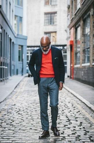 Comment porter: blazer en laine noir, pull à col rond orange, pantalon de costume en laine gris, bottes de loisirs en cuir marron foncé
