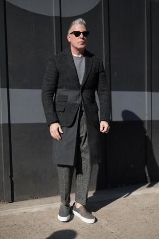 Comment porter: blazer en laine noir, pull à col rond gris, pantalon de costume en laine gris foncé, baskets à enfiler en toile gris foncé