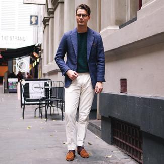 Comment porter: blazer écossais bleu marine, pull à col rond vert foncé, pantalon de costume blanc, slippers en daim tabac