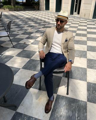 Comment porter: blazer beige, pull à col rond beige, pantalon de costume bleu marine, chaussures richelieu en cuir marron