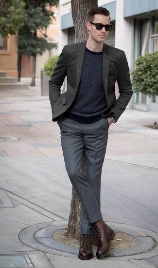 Comment porter une pochette de costume bleu marine: Pour une tenue aussi confortable que ton canapé, marie un blazer vert foncé avec une pochette de costume bleu marine. Une paire de des bottes de loisirs en cuir marron rendra élégant même le plus décontracté des looks.