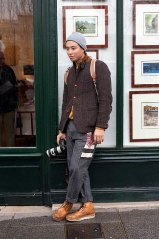 Comment porter: blazer en laine marron foncé, pull à col rond moutarde, pantalon de costume en laine gris foncé, bottes brogue en cuir marron clair