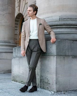 Comment s'habiller au printemps: Pense à marier un blazer en laine en pied-de-poule beige avec un pantalon de costume olive pour un look pointu et élégant. Complète ce look avec une paire de mocassins à pampilles en daim marron foncé. Ce look fait plutôt printanier.