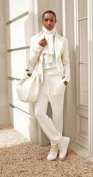 Comment porter: blazer en laine blanc, pull à col rond blanc, pantalon de jogging blanc, baskets montantes en toile blanches