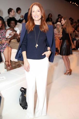 Tenue de Julianne Moore: Blazer bleu marine, Pull à col rond bleu marine, Pantalon large blanc, Sac bourse en cuir noir