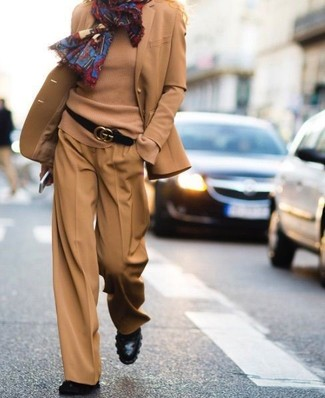 Comment porter: blazer en laine marron clair, pull à col rond marron clair, pantalon large marron clair, bottines en cuir noires