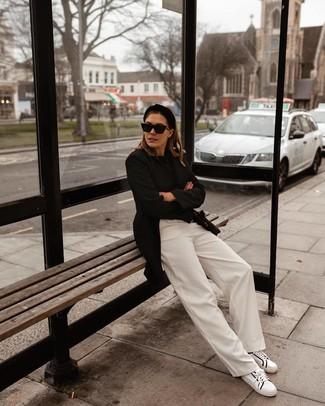 Comment porter: blazer noir, pull à col rond noir, pantalon large blanc, baskets basses en cuir blanches et noires