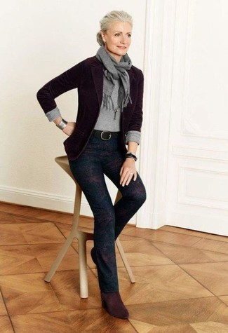 Comment porter un pendentif: Essaie d'associer un blazer en laine pourpre foncé avec un pendentif pour créer un look génial et idéal le week-end. Cette tenue se complète parfaitement avec une paire de des bottines en daim bordeaux.