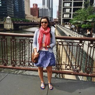 Comment porter: blazer bleu clair, pull à col rond blanc, robe patineuse pailletée bleue, sandales plates en cuir bleues