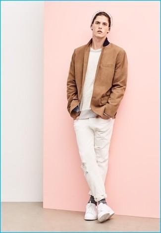 Comment porter: blazer marron clair, pull à col rond beige, t-shirt à col rond blanc, jean déchiré blanc