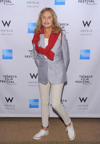 Tenue de Lauren Hutton: Blazer à rayures verticales gris, Pull à col rond rouge, T-shirt à col rond blanc, Jean beige
