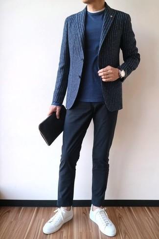 Comment porter: blazer en laine à rayures verticales bleu marine, pull à col rond bleu marine, t-shirt à col rond blanc, pantalon chino noir
