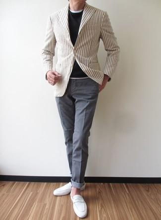 Comment porter: blazer à rayures verticales beige, pull à col rond noir, t-shirt à col rond blanc, pantalon chino gris