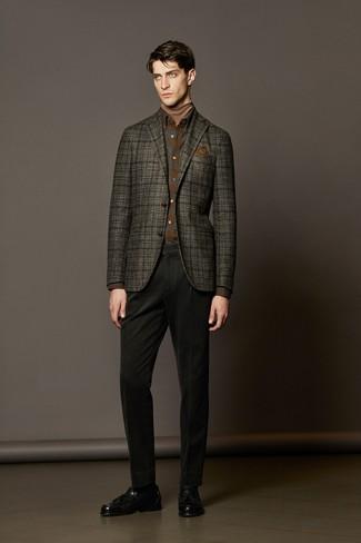 Comment porter: blazer en laine écossais gris foncé, pull à col roulé marron clair, chemise à manches longues en flanelle écossaise marron, pantalon chino noir