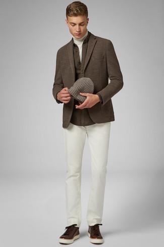 Comment porter: blazer en tricot marron, pull à col roulé blanc, chemise à manches longues marron, pantalon chino blanc
