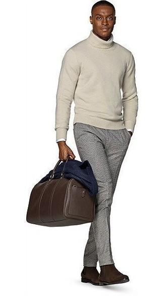 Comment porter: blazer en laine bleu marine, pull à col roulé beige, chemise à manches longues blanche, pantalon de costume en laine gris