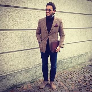 Comment porter: blazer écossais marron, pull à col roulé en laine marron, chemise à manches longues bleu clair, jean bleu marine