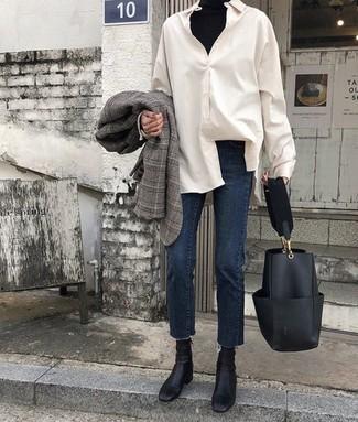 Comment porter: blazer écossais gris, pull à col roulé noir, chemise de ville blanche, jean bleu marine